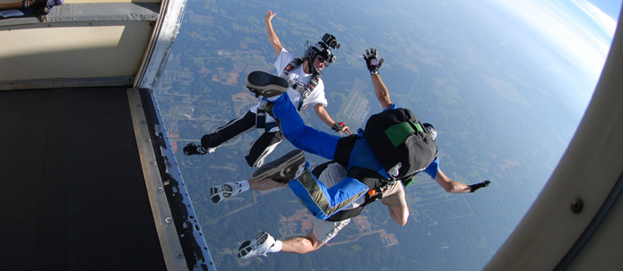 Fonte: http://www.skydivingsavannah.com/images/695x303/skydiving-savannah-videos.jpg